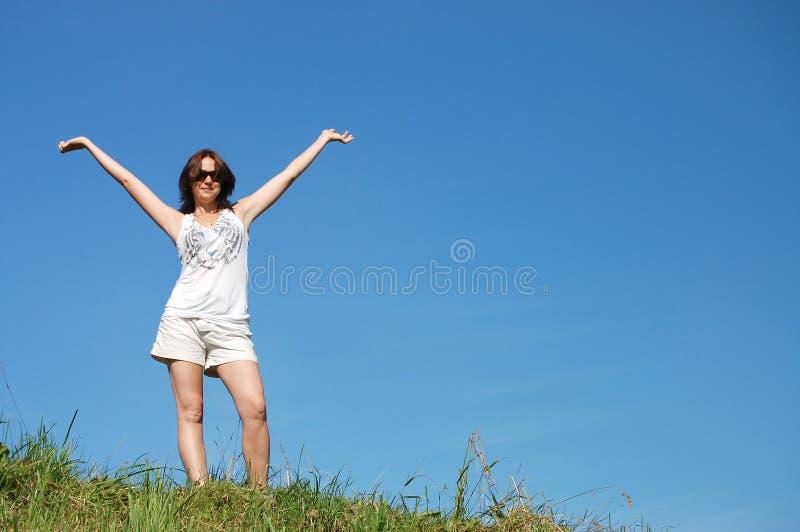 Jonge gelukkige vrouw op gebied royalty-vrije stock foto
