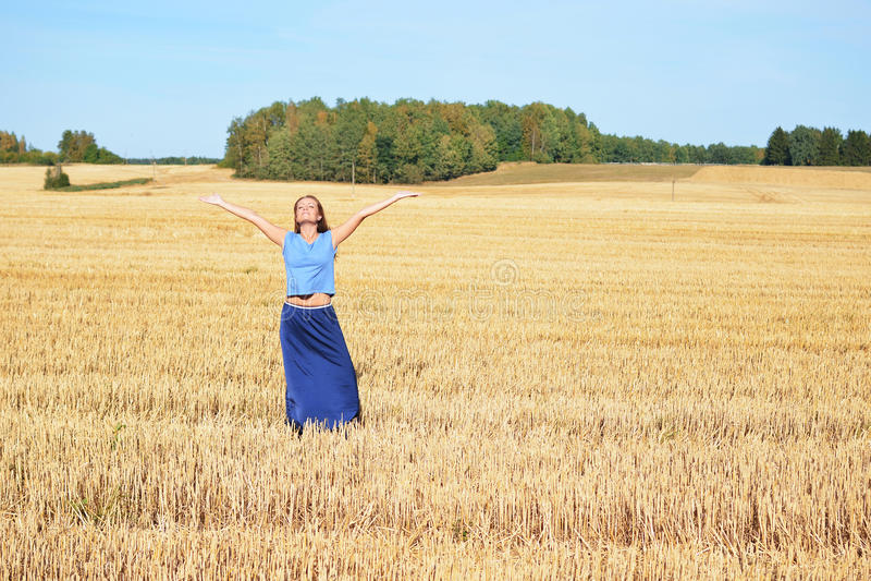Jonge gelukkige vrouw op het gebied royalty-vrije stock foto