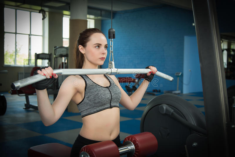 Jonge gelukkige vrouw opleiding in de gymnastiek royalty-vrije stock foto's