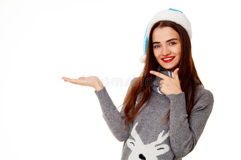 Jonge gelukkige vrouw in warme sweather dichtbij nieuwe jaarboom met pres royalty-vrije stock afbeeldingen