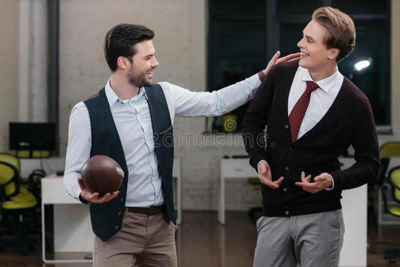 jonge gelukkige zakenlieden die rugby spelen royalty-vrije stock foto's