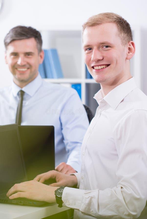 Jonge gelukkige zakenman stock afbeelding
