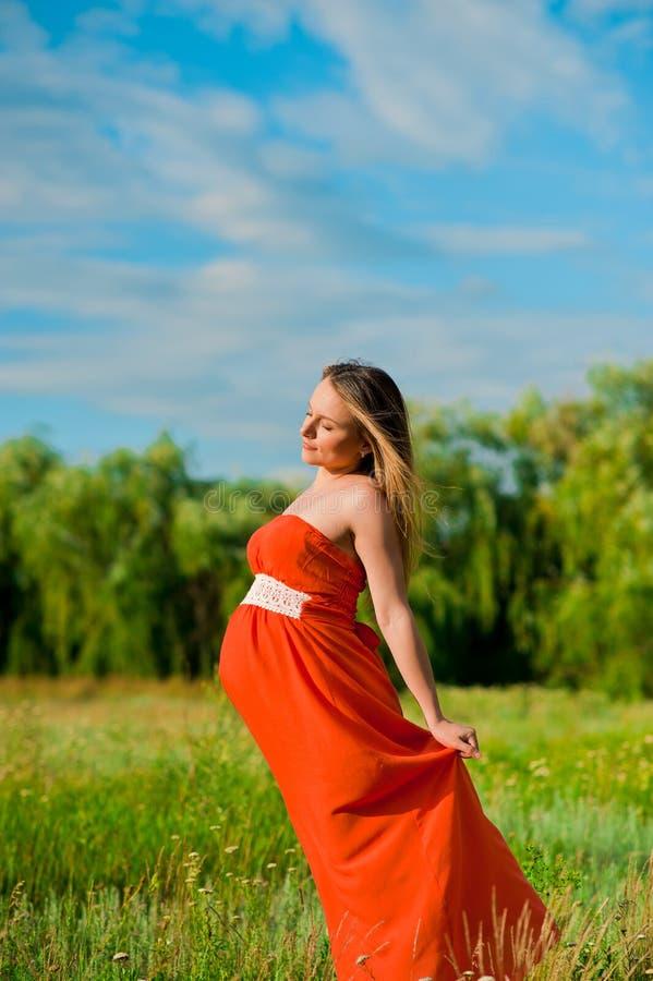 Jonge gelukkige zwangere vrouw royalty-vrije stock fotografie