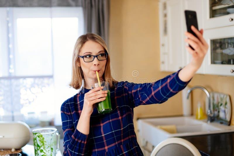 Jonge gelukkige zwangere vrouw die selfie foto met telefoon nemen royalty-vrije stock foto's