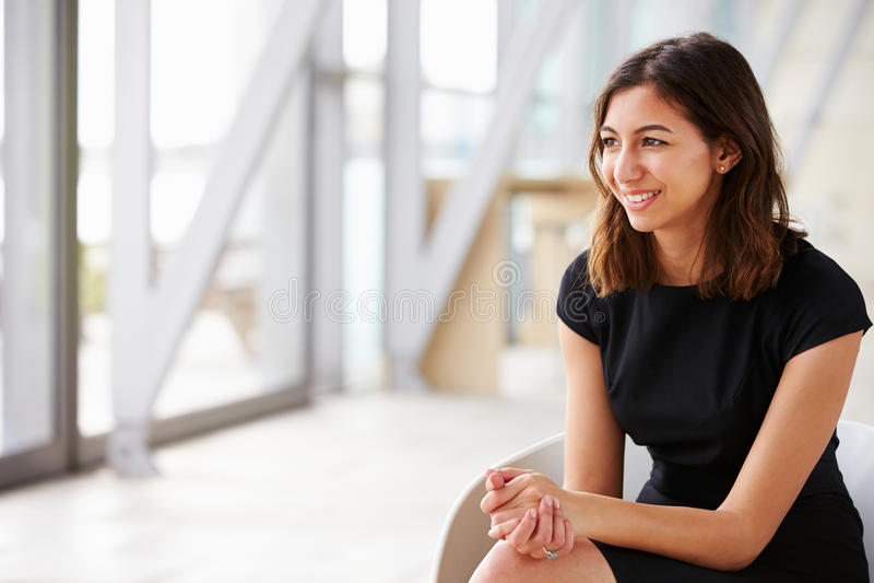 Jonge gemengde ras Aziatische onderneemster die weg kijken royalty-vrije stock afbeelding