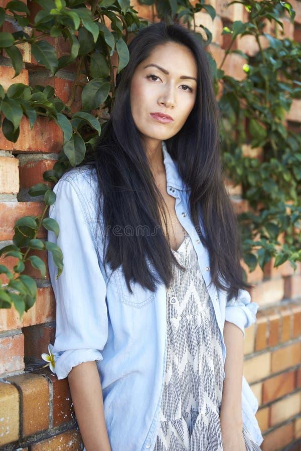 Jonge gemengde ras Aziatische vrouw met ernstige uitdrukking royalty-vrije stock afbeeldingen
