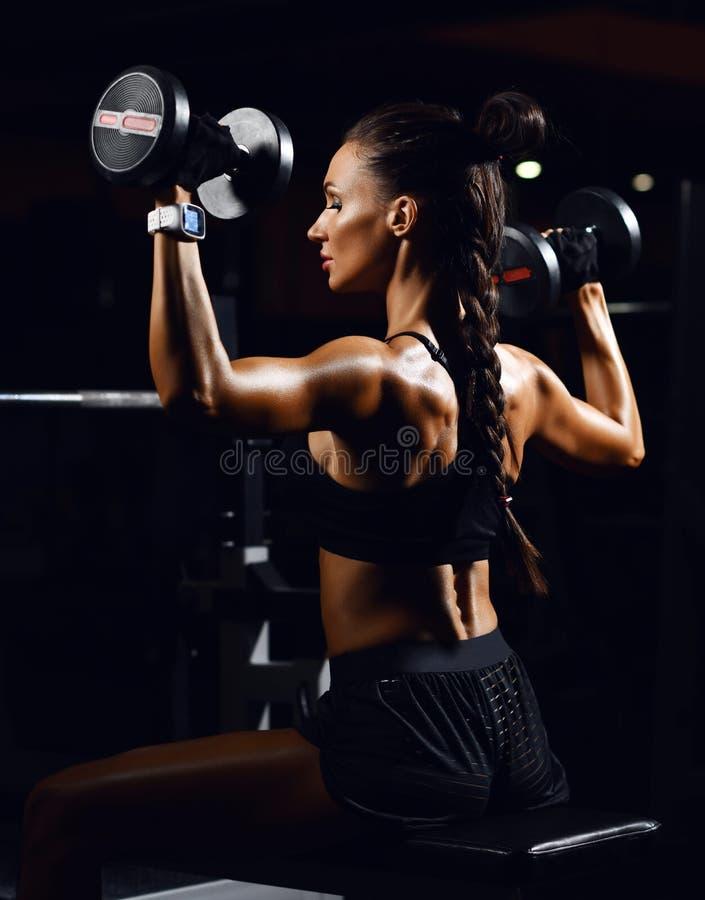 Jonge geschiktheidsvrouw die met domoren gewicht in Gymnastiek uitwerken Dieet en gewichtsverliesconcept royalty-vrije stock fotografie