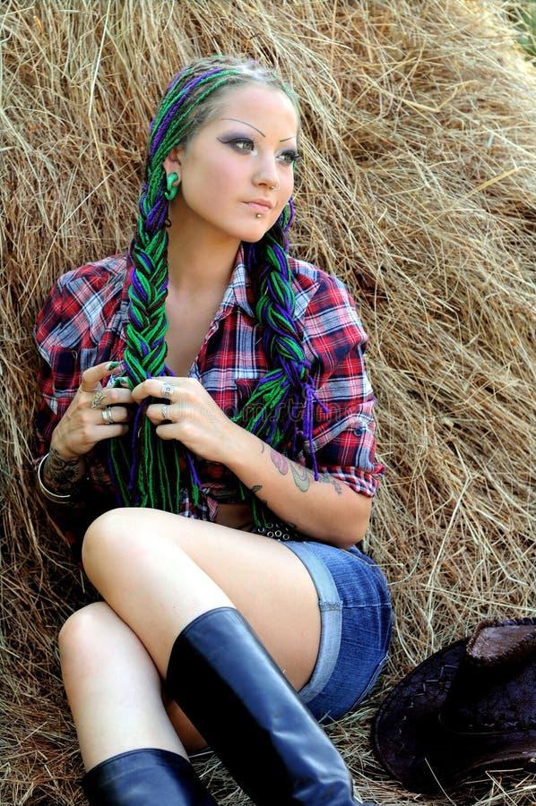 Jonge getatoeeerde modieuze vrouw met dreadlocks royalty-vrije stock foto