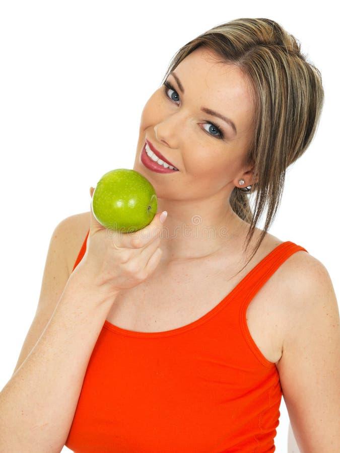 Jonge Gezonde Aantrekkelijke Vrouw die Vers Rijp Groen Apple houden royalty-vrije stock afbeeldingen