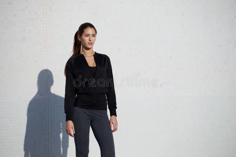 Jonge gezonde vrouw die van de zon klaar voor training genieten stock foto