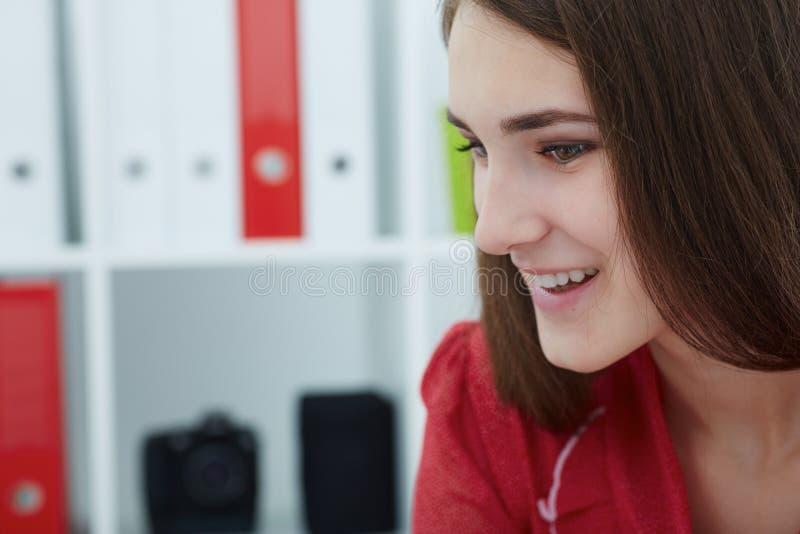 Jonge glimlachende bedrijfsvrouw die met somebody ideeën voor een opstarten bespreken op vergadering royalty-vrije stock afbeeldingen