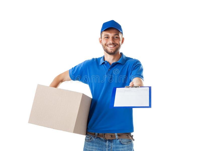 Jonge glimlachende koerier die pakketdozen en rekspatie leveren stock foto
