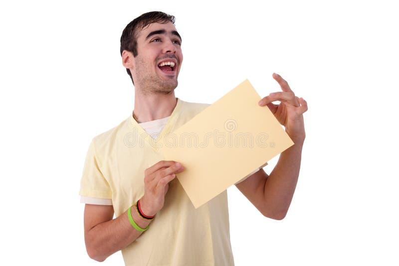 Jonge glimlachende mens die een yelowblad van document i houdt royalty-vrije stock afbeeldingen