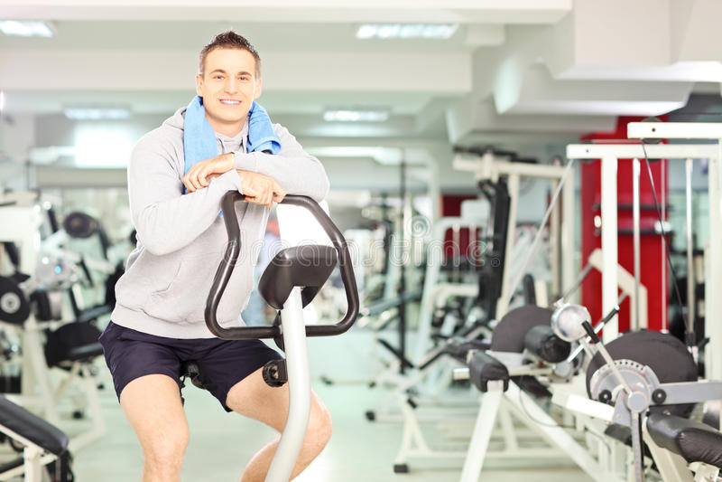 Jonge glimlachende mens die na cardio opleiding rusten royalty-vrije stock afbeelding