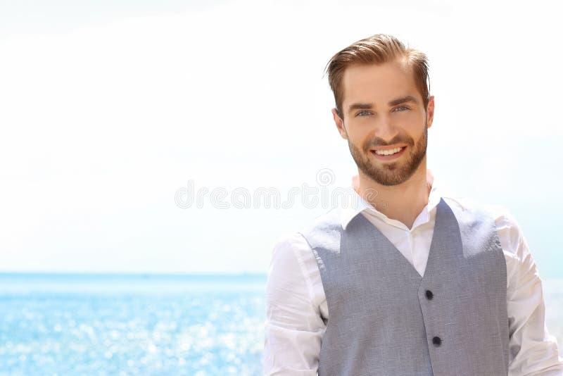 Download Jonge Glimlachende Mens In Kostuum Stock Afbeelding - Afbeelding bestaande uit kaukasisch, mens: 107702557