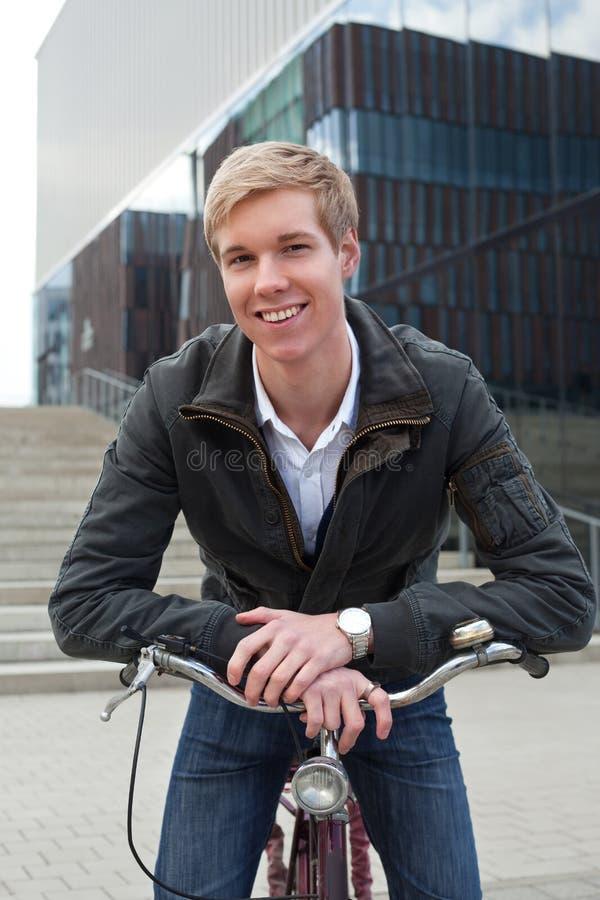 Jonge glimlachende mens met fiets royalty-vrije stock afbeelding