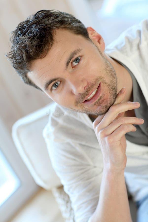 Jonge glimlachende mens thuis royalty-vrije stock fotografie