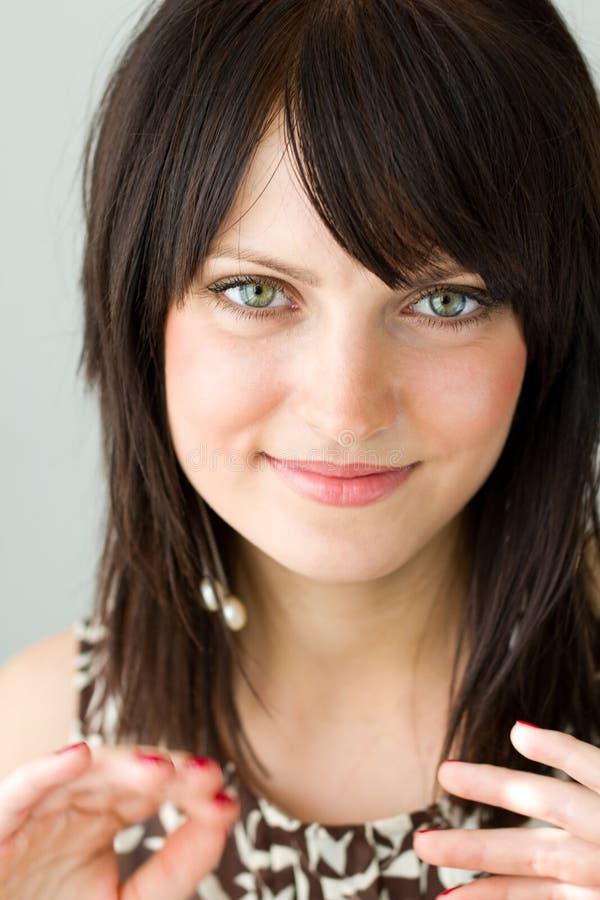 Jonge glimlachende vrouw stock afbeelding