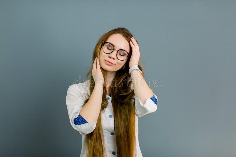 Jonge glimlachende vrouw arts in grote glazen Portret van een jong vrouwelijk professioneel beroep van cosmetologistHealthcare stock foto