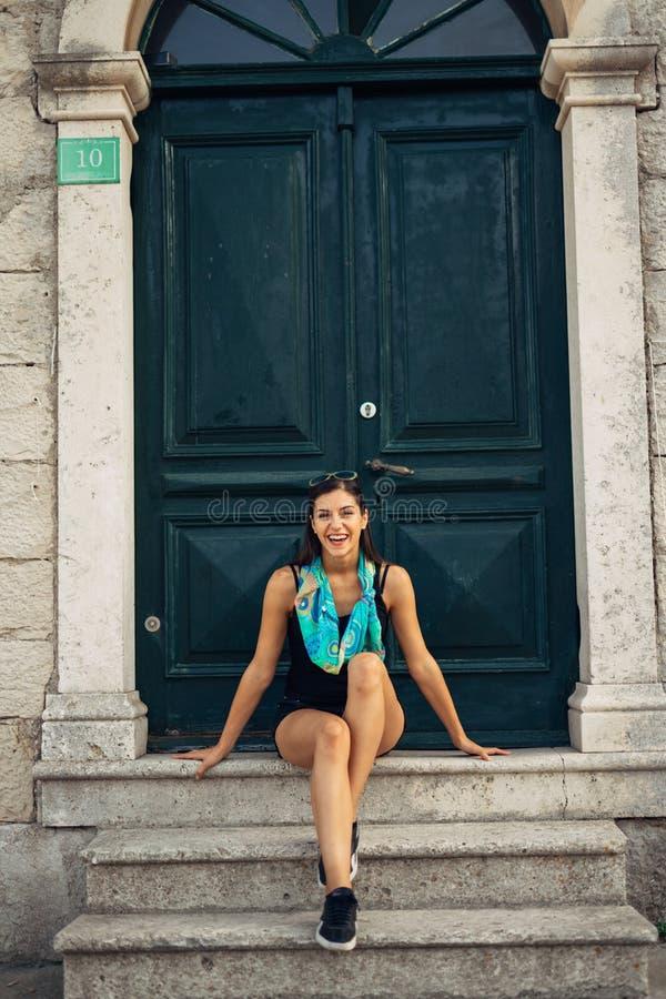 Jonge glimlachende vrouw die en Europa reizen bezoeken De zomer die Europa en Mediterrane cultuur reizen Kleurrijke oude straten, stock afbeelding