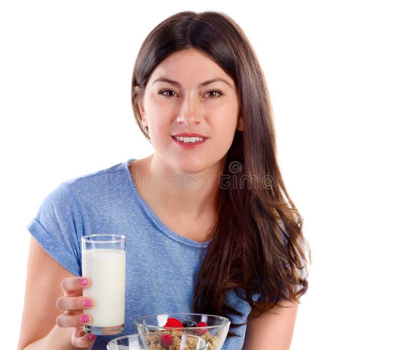 Jonge glimlachende vrouw die gezond ontbijt eten royalty-vrije stock foto