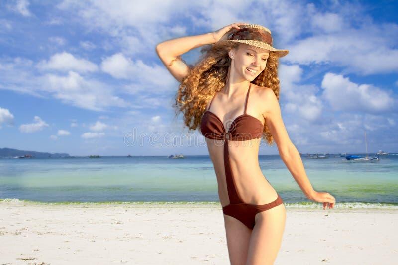 Jonge glimlachende vrouw in hoed op tropische overzeese achtergrond royalty-vrije stock afbeelding