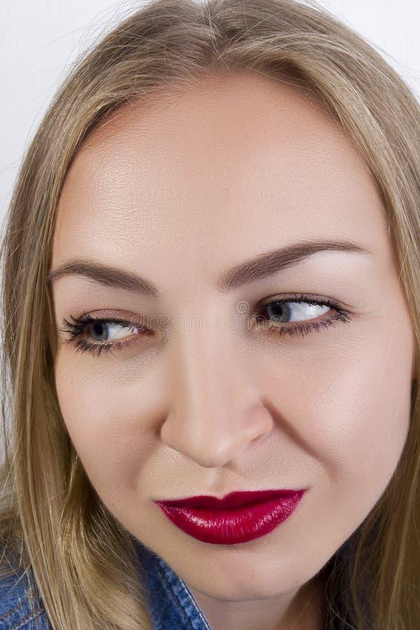 Jonge glimlachende vrouw stock fotografie