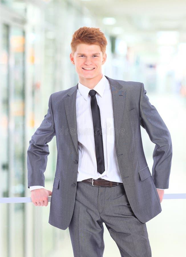 Download Jonge Glimlachende Zakenman Stock Afbeelding - Afbeelding bestaande uit handen, formeel: 29501171