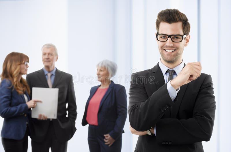 Jonge glimlachende zakenman royalty-vrije stock afbeeldingen