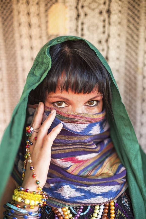 Jonge godsdienstige vrouw met een versluierd gezicht royalty-vrije stock afbeelding