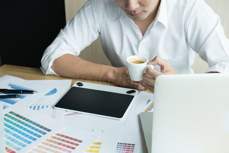Jonge grafische ontwerper die met computer werken het creatieve mens gebruiken stock afbeeldingen