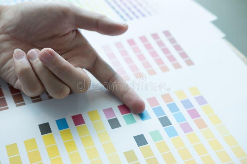 Jonge grafische ontwerper die met kleurenmonster bij moderne offic werken stock foto