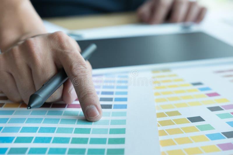 Jonge grafische ontwerper die met kleurenmonster werken creatief mensenu stock fotografie