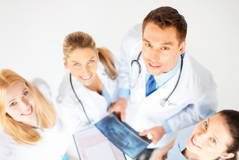 Jonge groep artsen die röntgenstraal bekijken royalty-vrije stock foto's