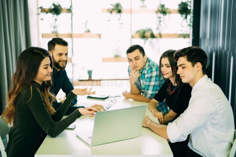 Jonge groep die mensen businessplannen bespreken stock afbeeldingen
