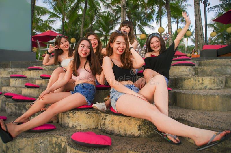 Jonge groep gelukkige en mooie Aziatische Chinese meisjes die vakantie hebben die samen uit van het genieten hangen bij tropische royalty-vrije stock fotografie