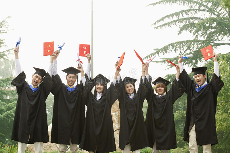 Jonge Groep Mensen met universitaire diploma's met in Hand Diploma's royalty-vrije stock foto's