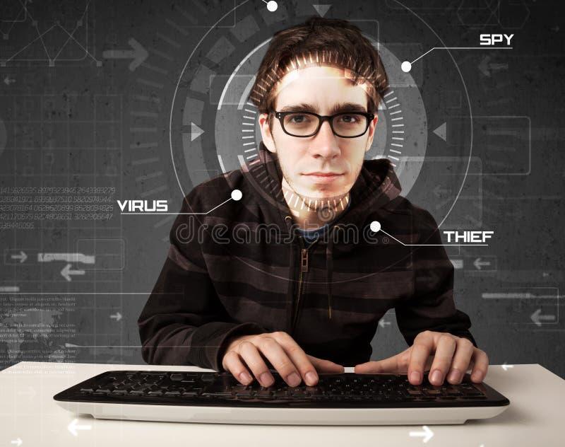 Jonge hakker die in futuristisch milieu persoonlijke informatie binnendringen in een beveiligd computersysteem royalty-vrije stock foto's
