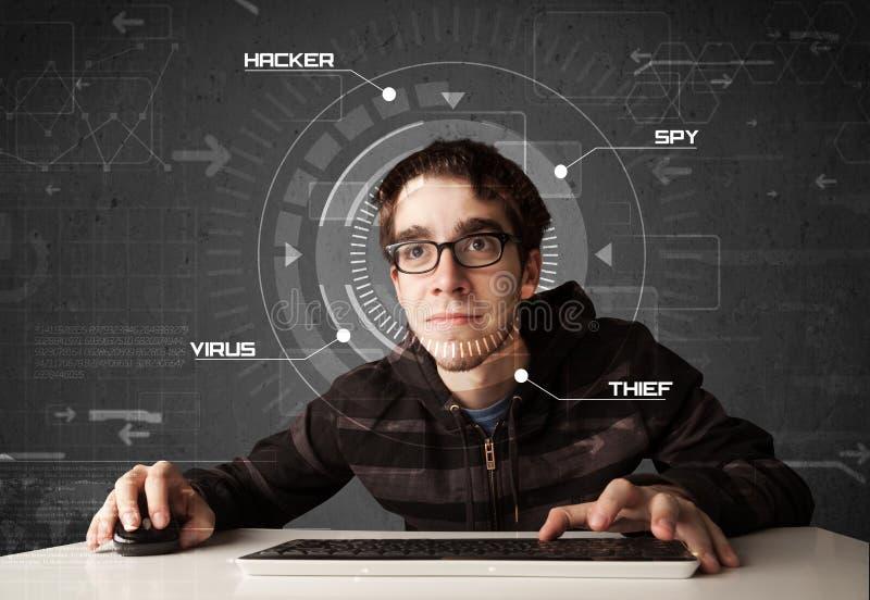 Jonge hakker die in futuristisch milieu persoonlijke informatie binnendringen in een beveiligd computersysteem stock foto