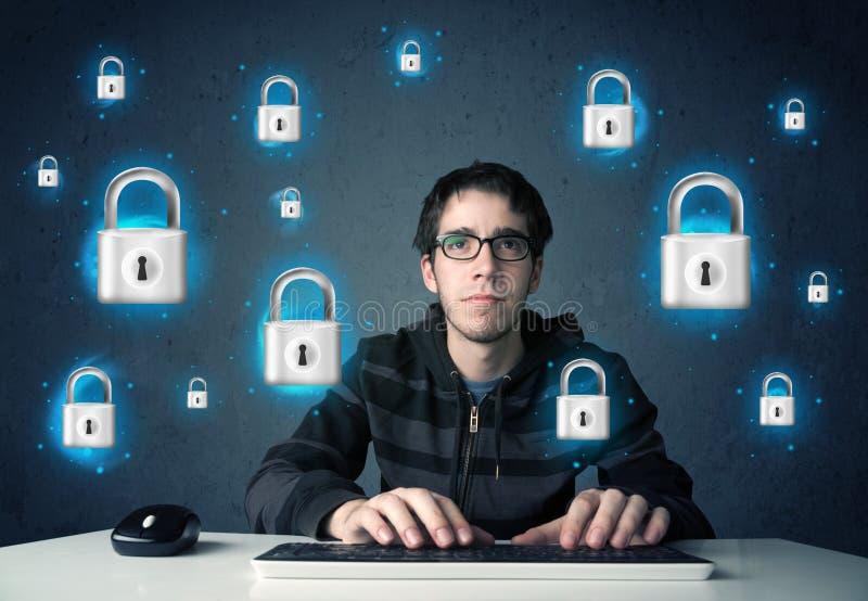 Jonge hakker met virtuele slotsymbolen en pictogrammen royalty-vrije stock afbeeldingen