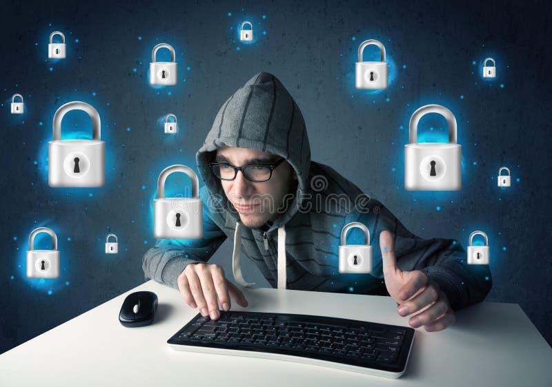 Jonge hakker met virtuele slotsymbolen en pictogrammen stock foto