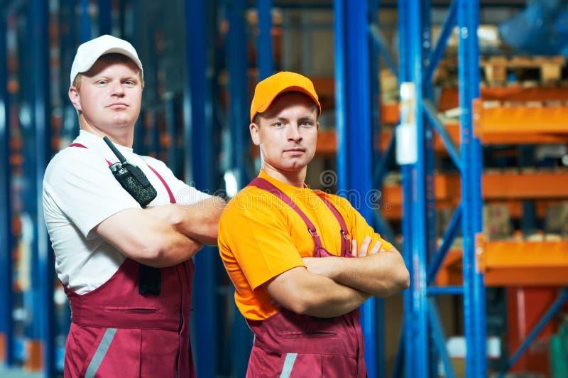 Jonge handarbeiders in pakhuis stock afbeelding