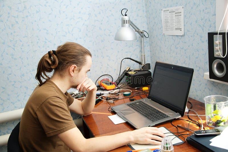 Jonge hardwareingenieur royalty-vrije stock foto's