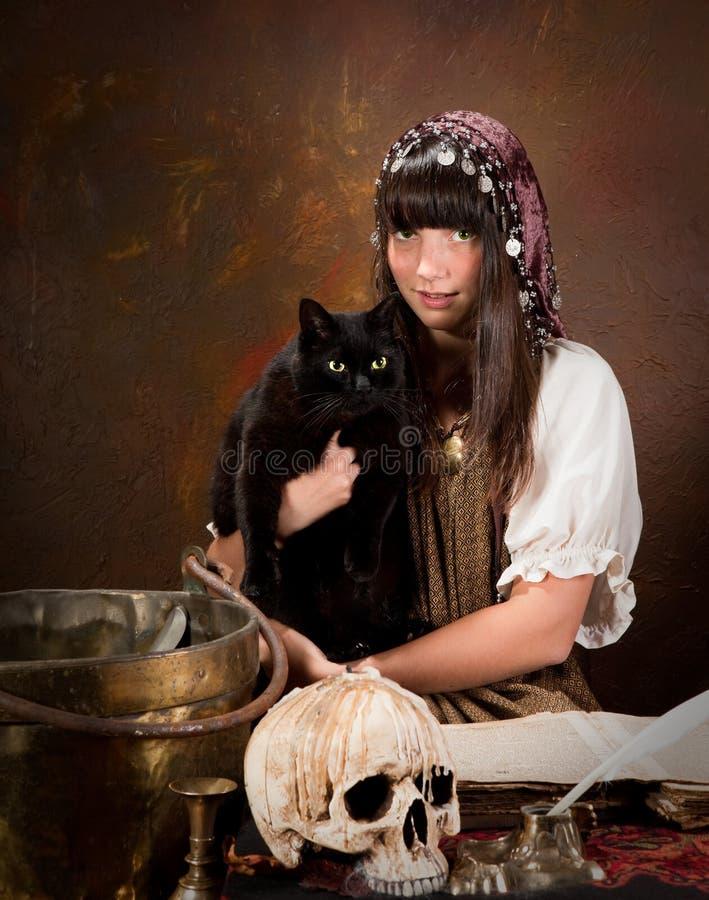 Jonge heks met zwarte kat royalty-vrije stock afbeeldingen