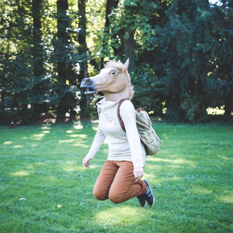 Jonge het maskervrouw van het hipsterpaard in de herfst royalty-vrije stock fotografie