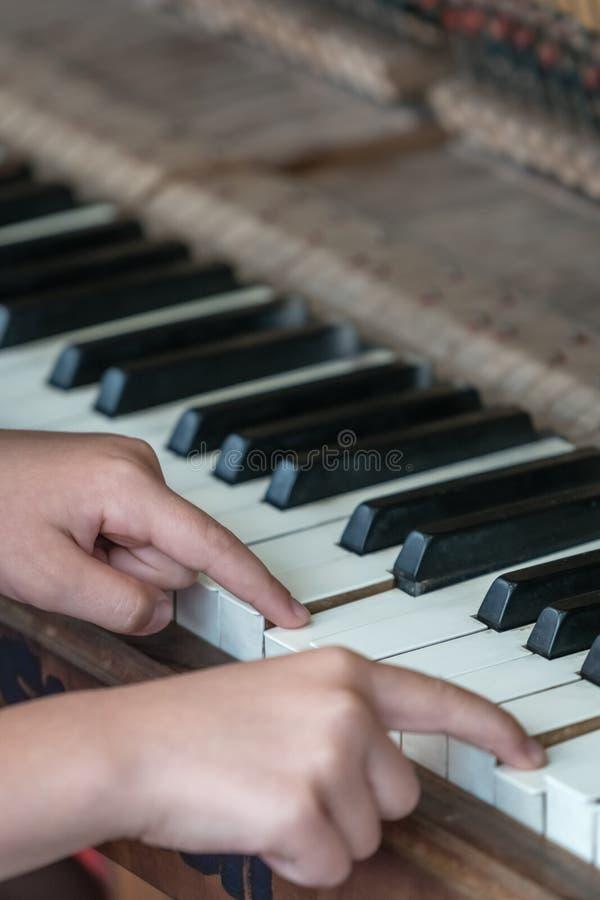 Jonge het Spelen van het Meisje Piano royalty-vrije stock afbeelding