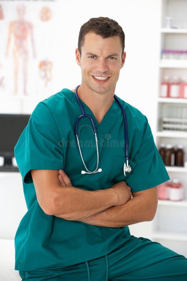 Jonge het ziekenhuis arts stock foto