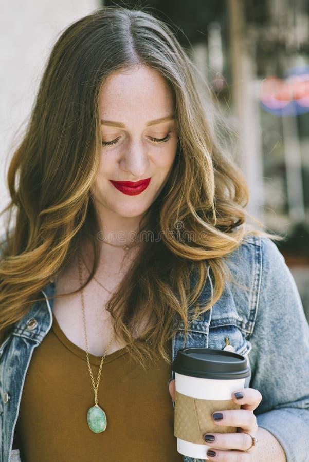 Jonge Heupvrouw met Koffiekop royalty-vrije stock foto's