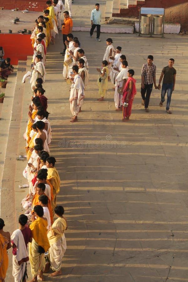 Jonge Hindoese priesters die een parade doen bij rivieroever van Ganges in Varanasi, Uttar Pradesh, India royalty-vrije stock afbeelding