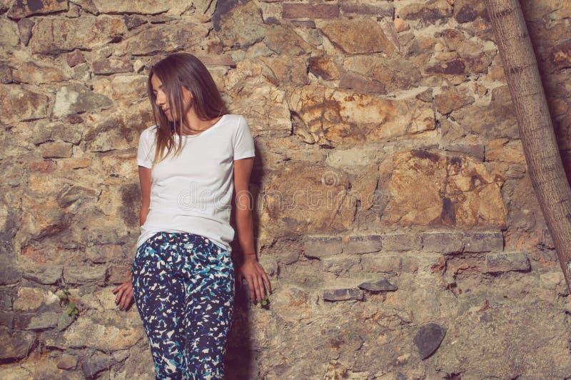 Jonge hipstervrouw status buiten en het stellen royalty-vrije stock foto